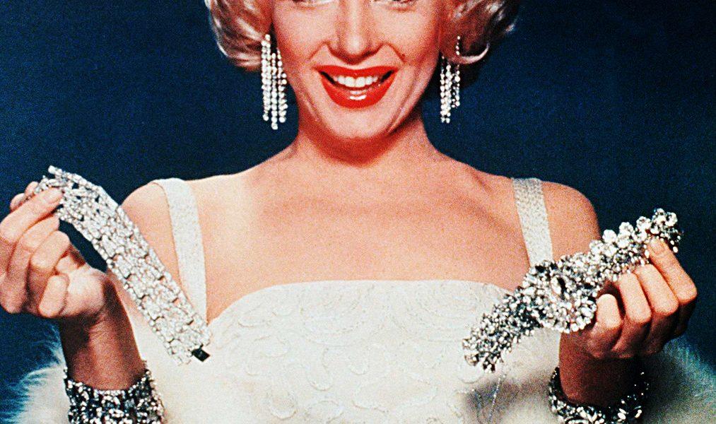 Marilyn Monroe con alcuni dei suoi gioielli